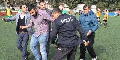 Baş məşqçi və futbolçular hakimi döydü - VİDEO