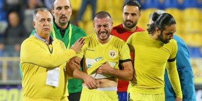 Anası ölən futbolçu meydana çıxdı, hər kəsi ağlatdı - FOTOLAR