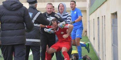 Futbolçu hakimi vurdu, həbs olundu, oyun yarımçıq dayandırıldı - FOTO/VİDEO