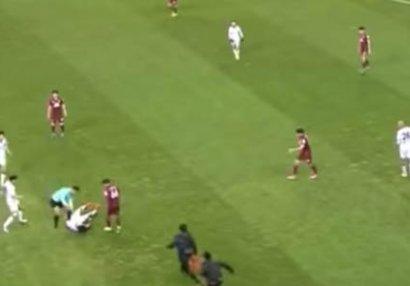 Futbolda dəhşət anları: futbolçunun boynunu qırıldı - VİDEO
