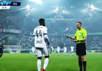 Hakim paltardəyişmə otağından çağırdığı futbolçuya şok yaşatdı - VİDEO