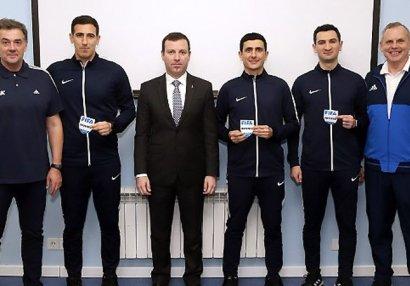 Azərbaycanın FIFA referilərinə emblemlər təqdim olundu - FOTOLAR