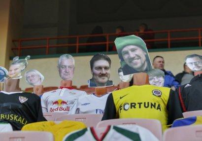 Belarus klubu ilkə imza atdı, tribunada manekenlər