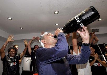 Sarri çempionluğu siqaret və şampanla qeyd etdi - VİDEO