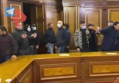 Etirazçılar Paşinyanın kabinetinə giriblər