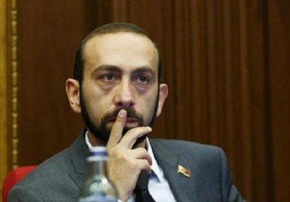 Etirazçılar Ermənistan parlamentinin sədrini döydülər - VİDEO