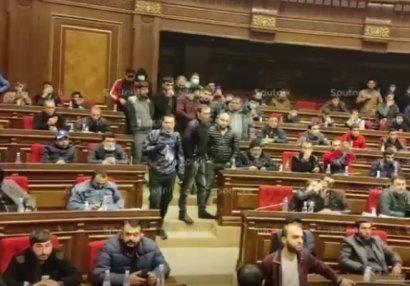 """Yerevandakı etirazçılar: """"Kim Paşinyana bunu imzalamağa hüquq verib?"""" - VİDEO"""