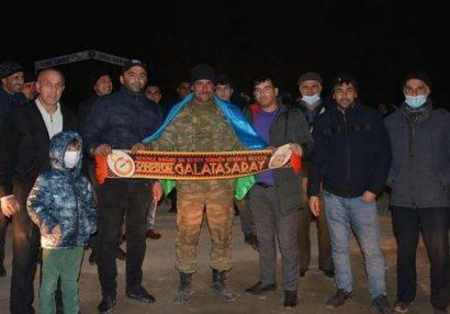 """""""Qalatasaray"""" azarkeşi zabitimiz doğma kəndində belə qarşılandı - FOTOLAR"""